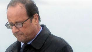 François Hollande sous une pluie battante lors de son déplacement à l'ile de Sein le 6 août 2014. (FRED TANNEAU / AFP)