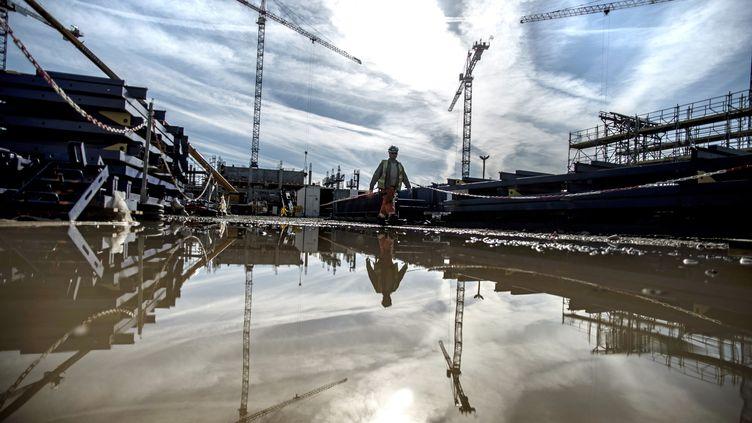 Un ouvrier sur le chantier du nouveau stade de Lyon(Rhône), le 9 avril 2014. (JEFF PACHOUD / AFP)