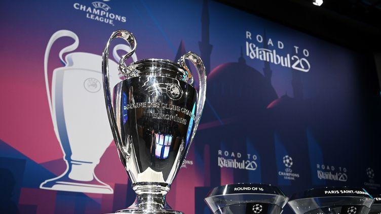 Le trophée de la Ligue des champions, avant le tirage au sort des huitièmes de finale, le 16 décembre 2019 à Nyon. (FABRICE COFFRINI / AFP)
