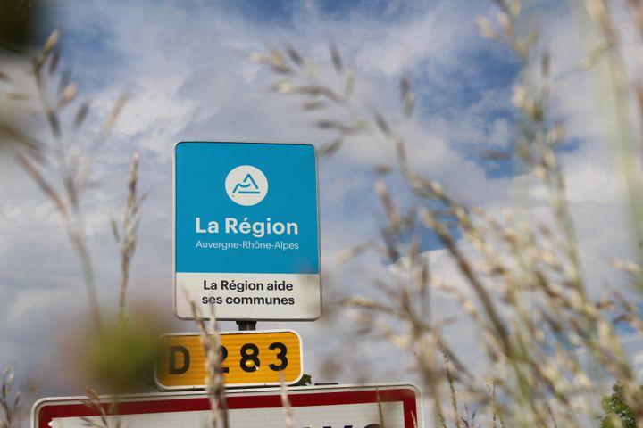 Un panneau régional à l'entrée d'une commune de Haute-Loire, le 1er juin 2021. (ROBIN PRUDENT / FRANCEINFO)