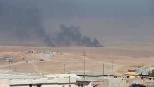 Des fumées s'élèvent à l'est de Mossoul (Irak), où une opération militaire pour libérer la ville de l'Etat islamique est en cours, le 17 octobre 2016. (AZAD LASHKARI / REUTERS)
