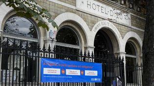La façade de l'Hôtel-Dieu à Paris, le 20 août 2021. (MAGALI COHEN / HANS LUCAS / AFP)