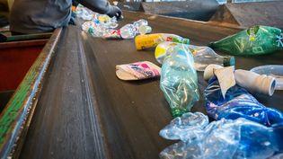 Tapis de tri des plastiques au Sytevom à Noidans-le-Ferroux (Haute-Saône). (JEAN-FRANCOIS FERNANDEZ / RADIO FRANCE)
