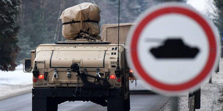 Blindé américain en Allemagne se rendant en Pologne dans le cadre d'opérations de l'Otan