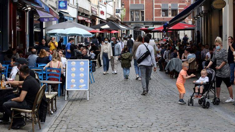 Des passants sur la Grand-Place de Bruxelles (Belgique), le 9 mai 2021. (FRANCOIS WALSCHAERTS / AFP)