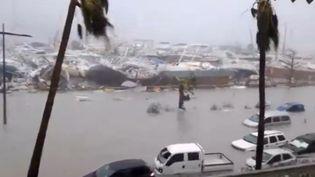 Des bâteaux et voitures après le passage de l'ouragan Irma, à Saint-Martin, le 6 septembre 2017. (SOCIAL MEDIA / X04130)