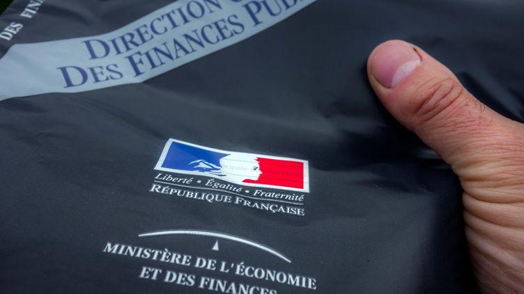 La déclaration d'impôts envoyée aux contribuables par le ministère de l'Economie et des Finances, le 10 avril 2014. (PHILIPPE HUGUEN / AFP)