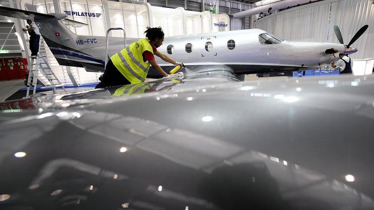 UnPilatus PC-12, le modèle de l'avion qui s'est écrasé, photographié le 19 mai 2008 dans les locaux du constructeur. (FABRICE COFFRINI / AFP)