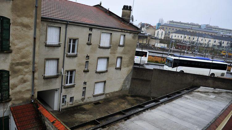 C'est dans cet immeuble de Vichy (Allier) que les enquêteurs ont découvert le corps d'un bébé mort dans un congélateur. (RAPHAELEGIGOT /LA MONTAGNE / MAXPPP)