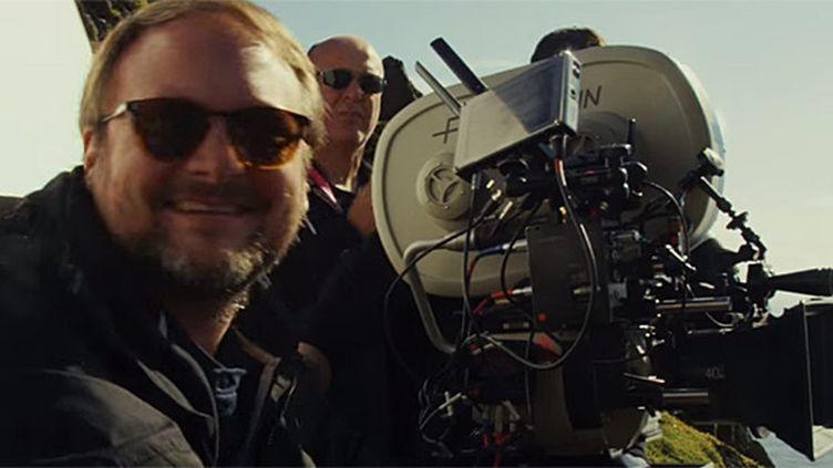 """Le réalisateur Rian Johnson tourne """"Star Wars VIII"""".  (capture écran - Disney)"""
