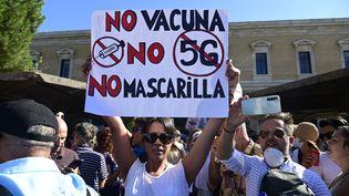 """""""Pas de vaccin, pas de 5G, pas de masque"""", brandit une manifestante en Espagne, me 16 août 2020. (JAVIER SORIANO / AFP)"""