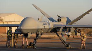 Sur la base aérienne de Niamey, au Niger, un drone Reaper MQ-9 emportant une bombe GBU 12, le 15 décembre 2019 (ETAT-MAJOR DES ARMÉES / ARMÉE DE L'AIR)