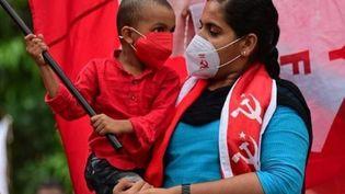 Arya Rajendran, maire de Thiruvananthapuram, avec un enfant dans ses bras, en décembre 2020. (SFI SOCIAL MEDIA CCO VIA WIKIMEDIA COMMONS)