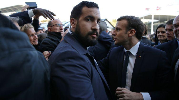 Alexandre Benalla aux côtés d'Emmanuel Macron, le 24 février 2018 au Salon de l'agriculture à Paris. (STEPHANE MAHE / REUTERS)