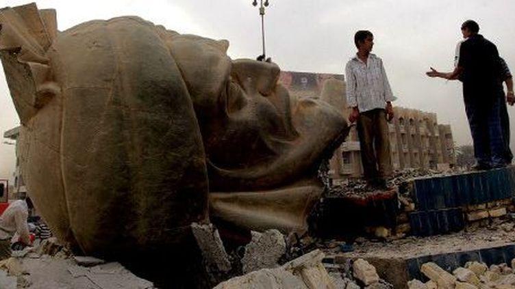 Statue détruite d'Abu Jaafar al-Mansour, calife abbasside qui construisit Bagdad en 762. La création de Bagdad a symbolisé la puissance du califat abbasside. Photo de 2005. (KARIM SAHIB/AFP)