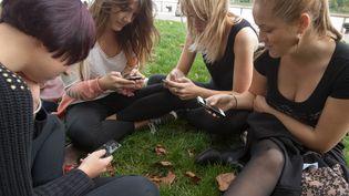 En France, 79% des 12-17 ans sont inscrits sur au moins un réseau social, selon le baromètre 2015de l'Autorité de régulation des télécommunications (Arcep). (SERGE POUZET / SIPA)