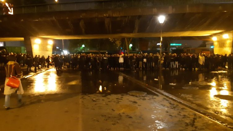 Après l'annonce du ministère de l'Intérieur, la veille, les forces de l'ordre ont évacué un camp de migrants dans le nord-est de Paris, jeudi 7 novembre. Plus de 1 600 personnes ont été transportées vers des gymnases. (HAJERA MOHAMMAD / RADIO FRANCE)