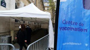 Chaque soir, plusieurs habitants des alentours de la mairie du XVe arrondissement de Paris viennent patienter pour obtenir une dose de vaccin. (BENJAMIN  ILLY / FRANCE-INFO)