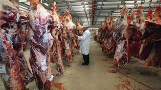 Un grossiste en viande de bœuf dans le pavillon des viandes, au marché de Rungis (Val-de-Marne),en novembre 2000. (EMMANUEL PAIN / AFP)