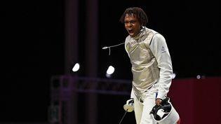 Enzo Lefort poursuit sa route en fleuret, le 25 juillet 2021 aux Jeux olympiques de Tokyo. (FABRICE COFFRINI / AFP)