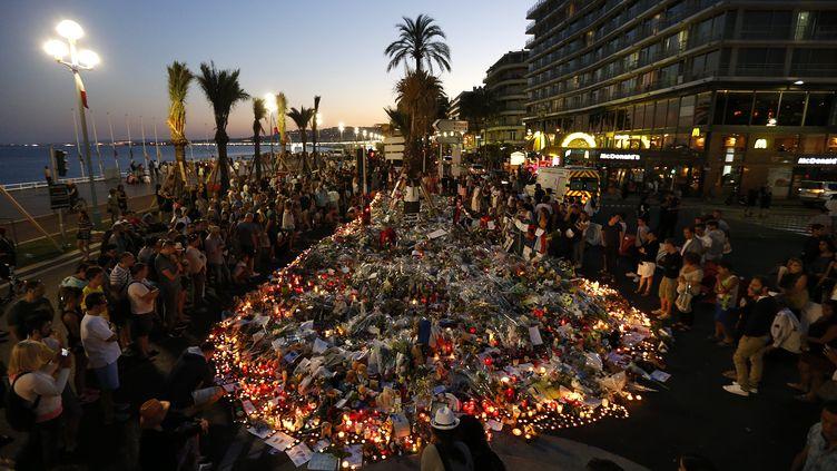 Fleurs et objets déposés en hommage aux victimes de l'attentat de Nice, sur la promenade des Anglais, le 17 juillet 2016. (VALERY HACHE / AFP)