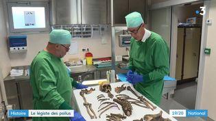 Le docteur Frémont étudie les restes d'un soldat de la Grande Guerre, à l'hôpital de Verdun (Meuse). (FRANCE 3)