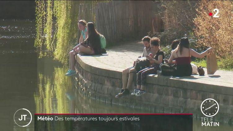 Des jeunes profitent du soleil fin mars 2021 (France 2)