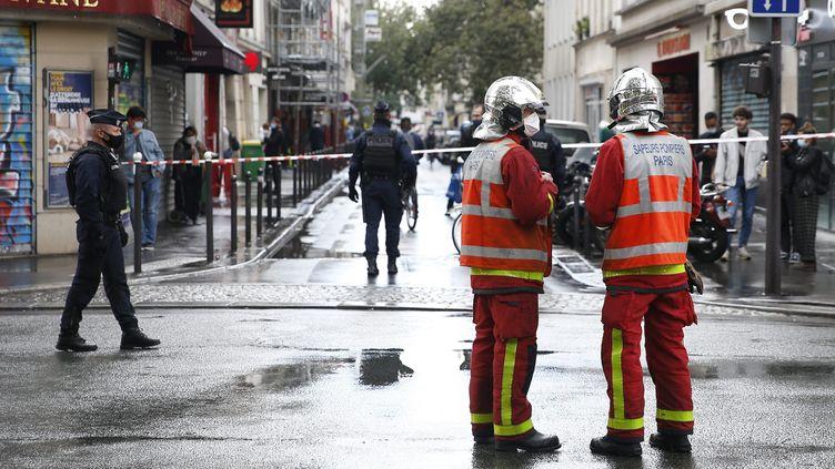 Le dispositif de sécurité mis en place après l'attaque à l'arme blanche à Paris, rue Nicolas Appert (11e arrondissement), vendredi 25 septembre 2020. (S?BASTIEN MUYLAERT / MAXPPP)