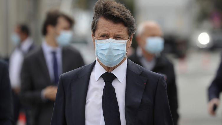 Christian Estrosi, maire LR de Nice,lors de la réception d'une cargaison, avec notammentdes milliers de masques, à l'aéroport la ville de Nice, le 13 avril 2020 (photo d'illustration). (VALERY HACHE / AFP)
