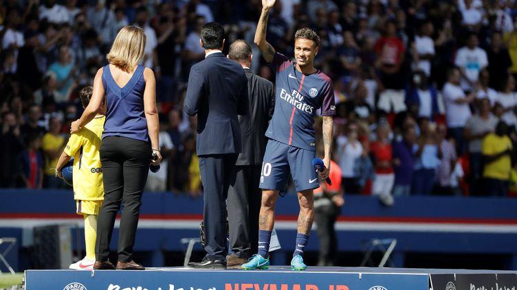 Le joueur brésilien Neymar lors de sa présentation au public du Parc des Princes, le 5 août 2017 à Paris. (THOMAS SAMSON / AFP)