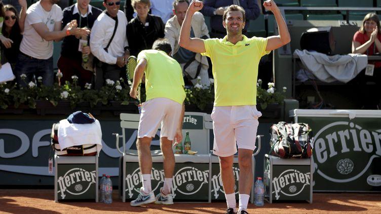 Julien Benneteau fête sa victoire en double avec Edouard Roger-Vasselin, en demi-finale, le 5 juin 2014, à Roland-Garros, à Paris. (  MAXPPP)