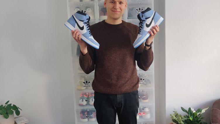 Gérard, dans son appartement rempli de sneakers. (ANNE-LYVIA TOLLINCHI / RADIO FRANCE)