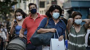 Des passants dans une rue de Bordeaux (Gironde), le 5 septembre 2020. (PHILIPPE LOPEZ / AFP)