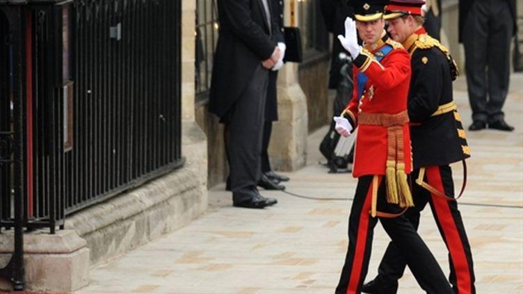 Le prince William (G) arrive avec son frère le prince Harry à Westminster, le 29 avril 2011. (AFP/BEN STANSALL)
