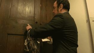 Chaque jour, Gianni Cra vérifie chaqee salle du Vatican.  (France 2 Culturebox (capture d'écran))