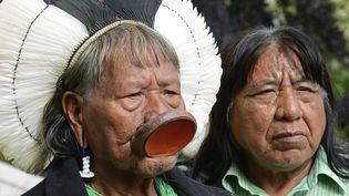 Le chef traditionnel des Indiesn Kayapo du Brésil, Raoni Metuktire, et son successeur Megaron Txucarramae, à Paris le 3 juin 2014 (JOHN VAN HASSELT - CORBIS / CORBIS HISTORICAL)