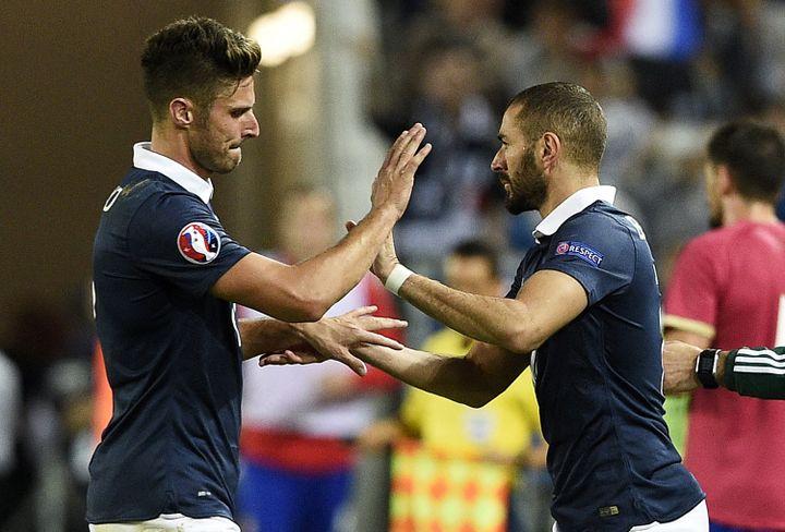 Olivier Giroud et Karim Benzema durant le match France - Serbie, le 5 septembre 2015 à Bordeaux (FRANCK FIFE / AFP)