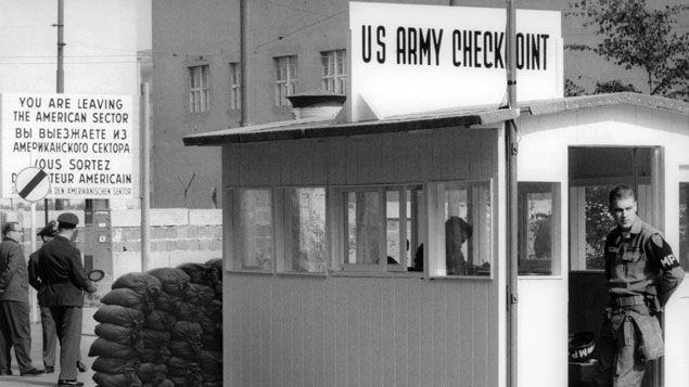 """(Le """"Checkpoint Charlie"""" reste un des symboles de la division entre Berlin-Est et Berlin-Ouest. © Maxppp)"""