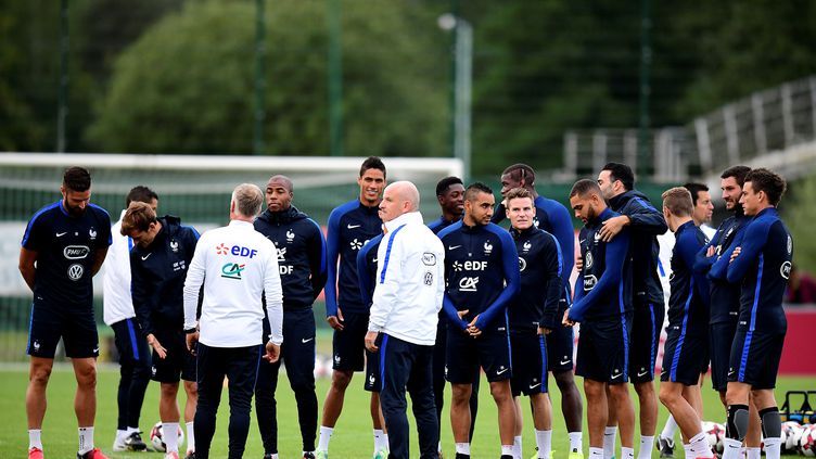 Les Bleus sont rassemblés autour de Didier Deschamps et Guy Stephan (FRANCK FIFE / AFP)
