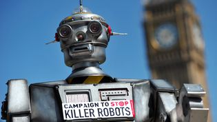 Un faux robot tueur construit à l'occasion dulancement de la campagne contre l'utilisation de ces armes autonomesà Londres, le 23 avril 2013. (CARL COURT / AFP)