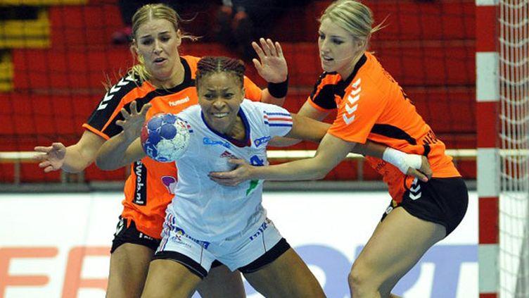 Nina Kamto Njitam prise en tenaille par deux joueuses néerlandaises