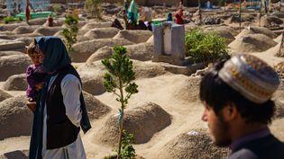 Des Afghans se recueillent sur un sanctuaire consacré aux combattants arabes d'Al-Qaïda tués en 2001, le 7 mai 2021, à Kandahar (Afghanistan). (MARCUS YAM / LOS ANGELES TIMES / SHU / SIPA)