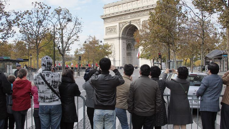 Des touristes chinois à Paris, en novembre 2010. (JACQUES DEMARTHON /AFP)