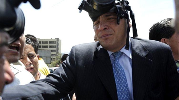 Le président écuatorien, Rafael Correa, porte un masque à gaz le 30 septembre (AFP Rodrigo Buendia)