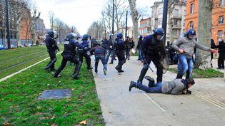 Policiers et manifestants s'affrontent, le 21 février 2015, à Toulouse, en marge d'une manifestation d'opposants au barrage de Sivens (Tarn). (MAXPPP)
