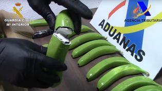 Capture d'écran d'une vidéo montrant la saisie de fausses bananes par la Guardia civil espagnole. (YOUTUBE / GUARDIA CIVIL)