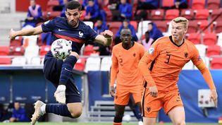 Le Lyonnais Houssem Aouar arme une reprise de volée contre les Pays-Bas, le 31 mai 2021. (ATTILA KISBENEDEK / AFP)