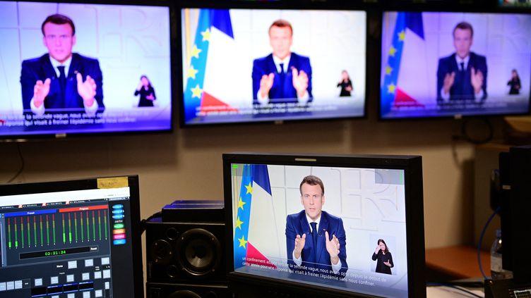 Le président de la République Emmanuel Macron s'adresse aux Français lors d'une allocution télévisée, le 31 mars 2021. (MARTIN BUREAU / AFP)