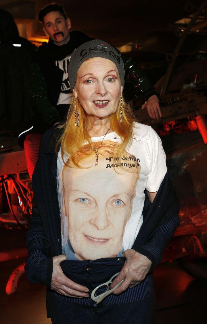La créatrice Vivienne Westwood porte un t-shirt pro-Assange lors de la présentation de sa collection masculine, le 8 janvier 2013. (SUZANNE PLUNKET / REUTERS)