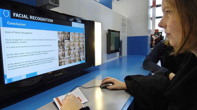 Une jeune fille expérimente la reconnaissance faciale à Paris. (STEPHANE DE SAKUTIN / AFP)